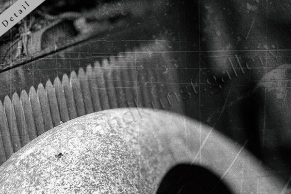 Hier sieht man einen Bildausschnitt 1 mit geschwungem Kotflügel und gerippter Motorkühlung, schwarz weiss, vintage