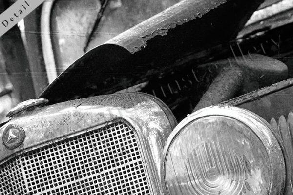 Hier sieht man einen Bildausschnitt 2 mit geschwungem Kotflügel und gerippter Motorkühlung, schwarz weiss, vintage