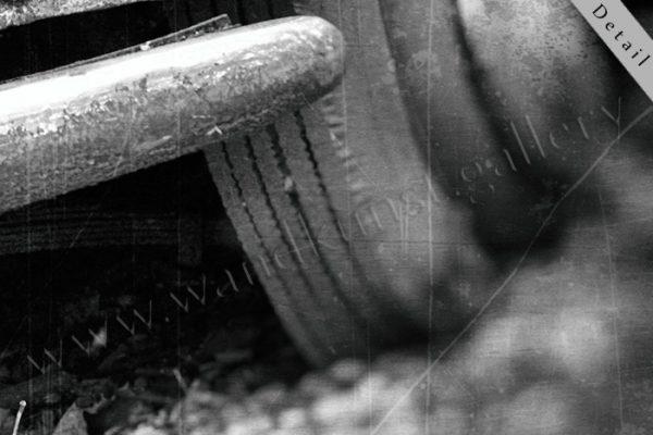 Hier sieht man einen Bildausschnitt 5 mit Stossstange und Reifen, schwarz weiss, vintage.