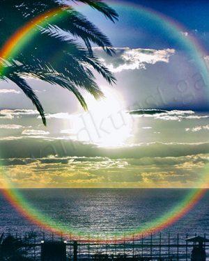 Hier strahlt ein kreisrunder Regenbogen über dem blauen Meer am Horizont