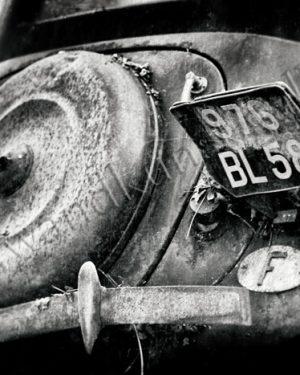 Das Heck eines Citroen Traction Avant mit verbogenem Kennzeichen und Spuren der Verwitterung sowie verbogener Stossstange