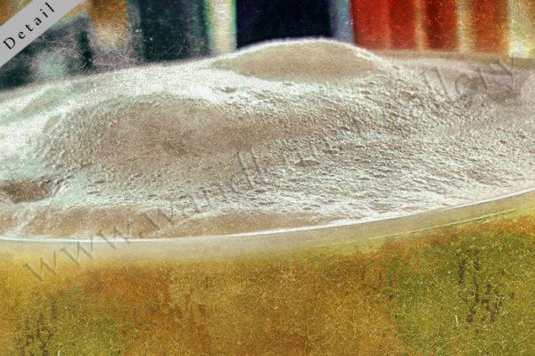 Cafe Color - buntes Gold. Hier sieht man den Ausschnitt aus einem farbenfrohen Wandbild aus Papier mit Metallic Effekt. Das Motiv ist eine Kaffeetasse aus Porzellan, gefüllt mit Milchkaffee und Schaum -mit einem Löffel und einer Tüte Zucker.