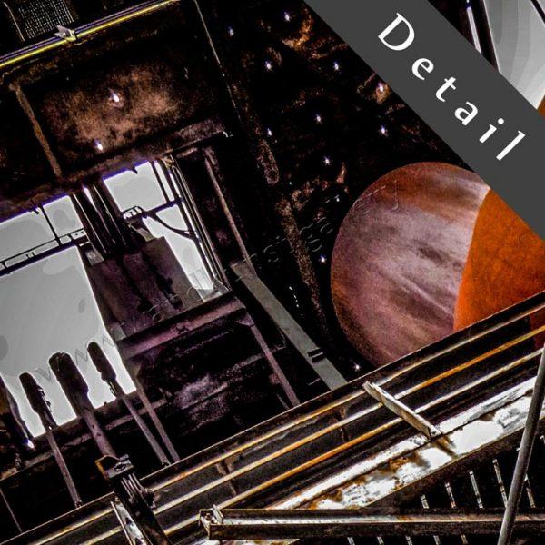 Der alte Maschinenraum mit Zahnrad -Kunst und Industrie im Wohnzimmer. Ausschnitt einer Wandekoration im XXL Format. Die künstlerische Seite gewesener Produktionsstätten der Schwerindustrie am Beispiel eines Hochofens.