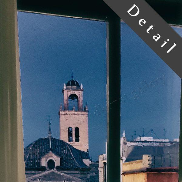 Wundervoller malerischer Blick aus dem Schlafzimmer über den Balkon zur alten Kirche und dem erwachenden Marktplatz