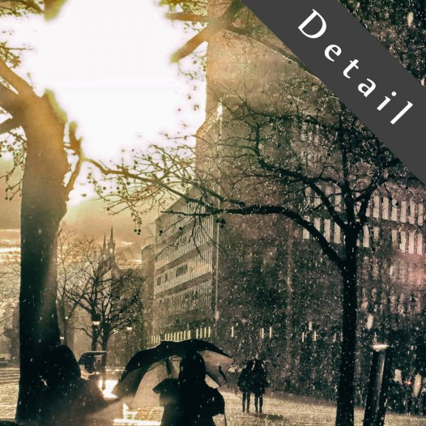 Eine Fußgängerzone in der Großstadt, die Sonne scheint und plötzlich gewittert es mit starkem Regen und es wird dunkel. Als die Sonne wieder auftaucht, spielt sie durch die Schatten und kreiert kuriose Lichtgestalten. Exklusive Wanddekoration, in verschiedenen Grössen lieferbar.