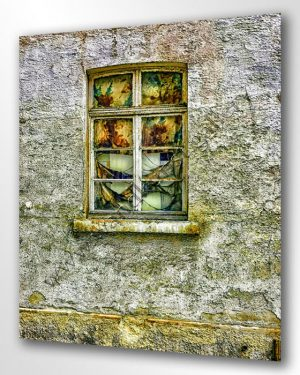 Ein altes Fenster mit Butzen und verwitterten Gardinen. Vintage Look.