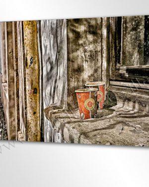 Outdoor Kaffee Date unterwegs. Zwei Kaffeebecher stehen auf einer Fensterbank in der Seitenstrasse.