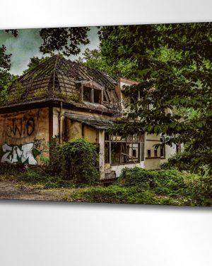 Die Lost Place Villa im Wald.Verlassen und vergessen liegt diese kleine Villa versteckt in der Weite des dunklen Waldes. Welch abendfüllende Geschichten dieses Haus wohl erzählen könnte. Hier sagen sich Fuchs und Hase Gute Nacht. Stück für Stück erobert die Natur ihr Revier zurück.