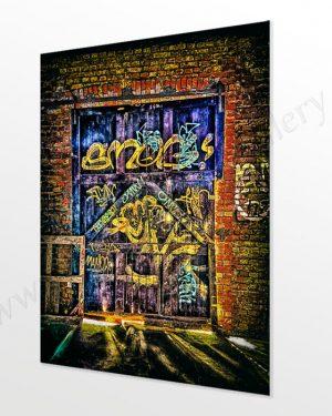 Ein altes Schiebetor in einem Haus aus Backstein, mit Graffiti und Patina. Echt ausbelichtet, kein Kunstdruck - direkt vom Künstler